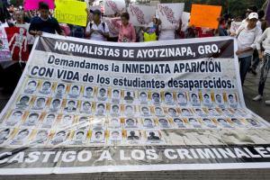 Marcha exigiendo la aparición de los estudiantes normalistas