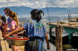 """Las mujeres locales, con sus vestimentas típicas, tratando de """"cazar"""" a los gringos."""