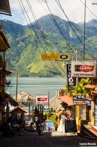 La calle comercial del pueblo.